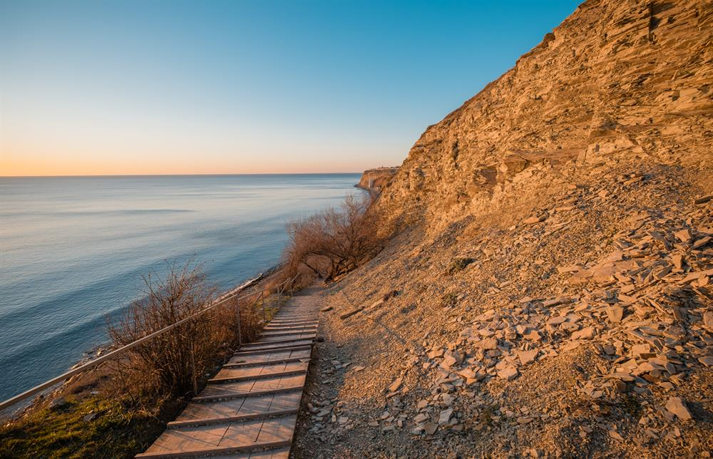 Каменистый берег зимой