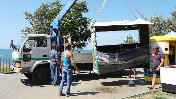 С Набережной Анапы убирают палатки