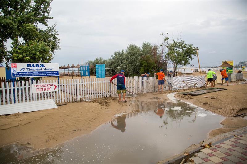 Пляж в Анапе после дождя